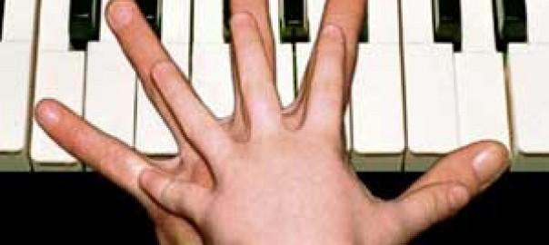 met kleine handen piano spelen