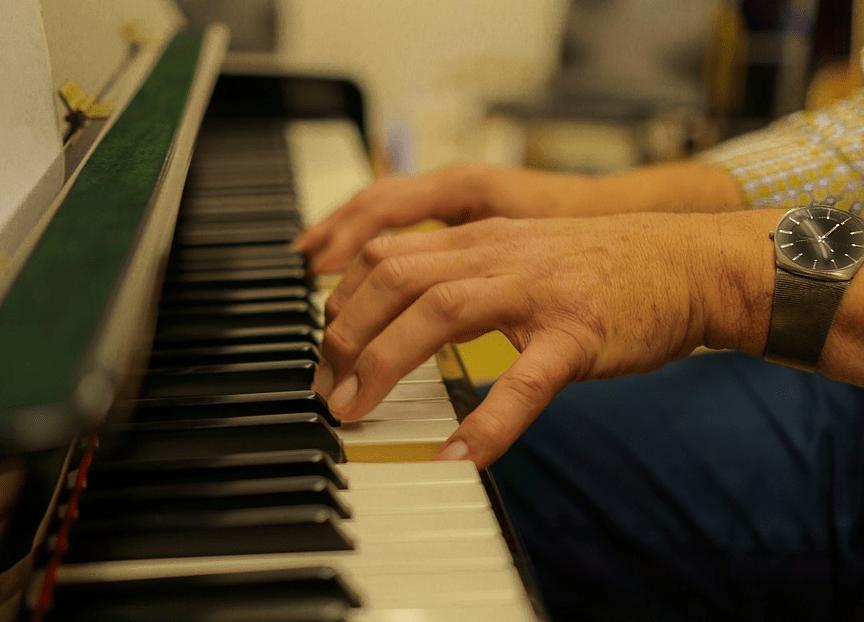 Te oud om piano te leren