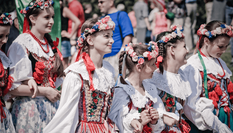 Meisjes gekleed in traditionele Poolse volkskleding.